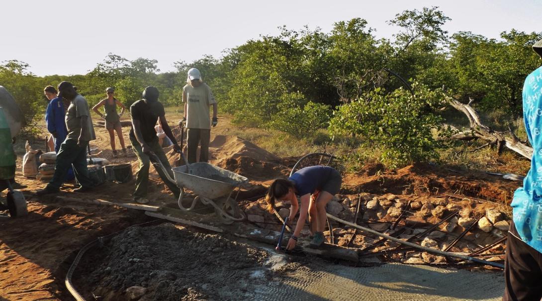 Voluntarios ecológicos ayudan en la construcción de un pozo para animales salvajes en la reserva Wild at Tuli.